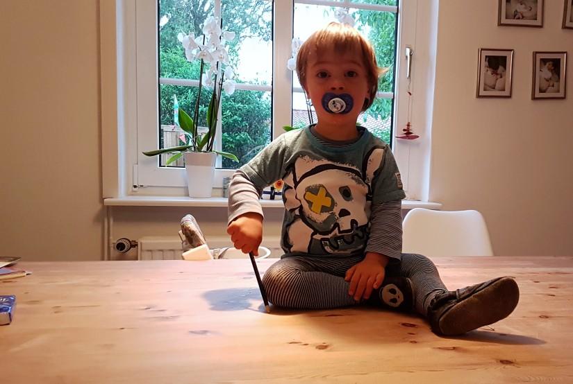 Kind auf dem Tisch