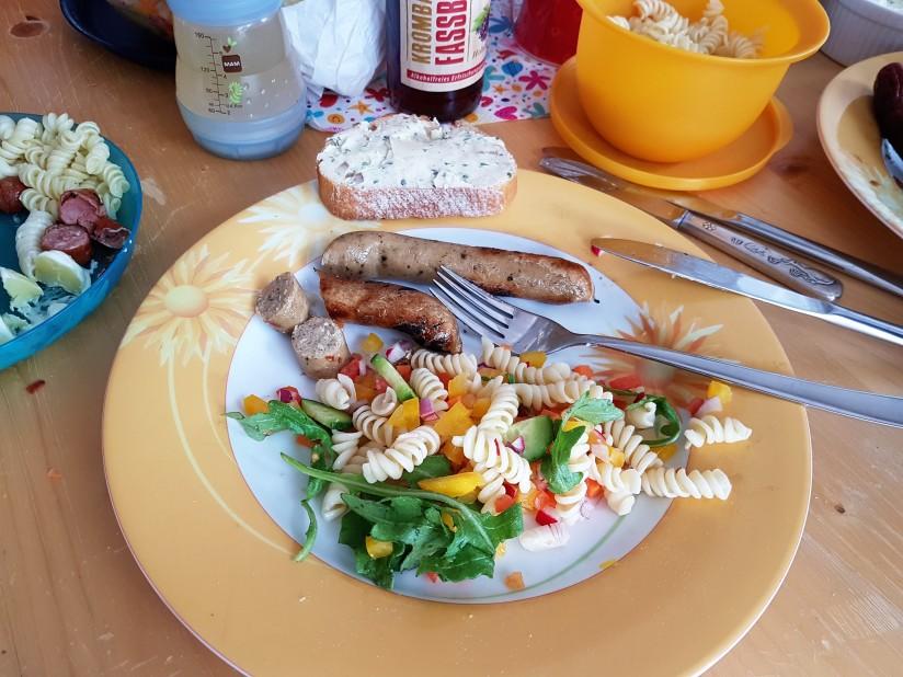 Vegane Bratwurst und Nudelsalat